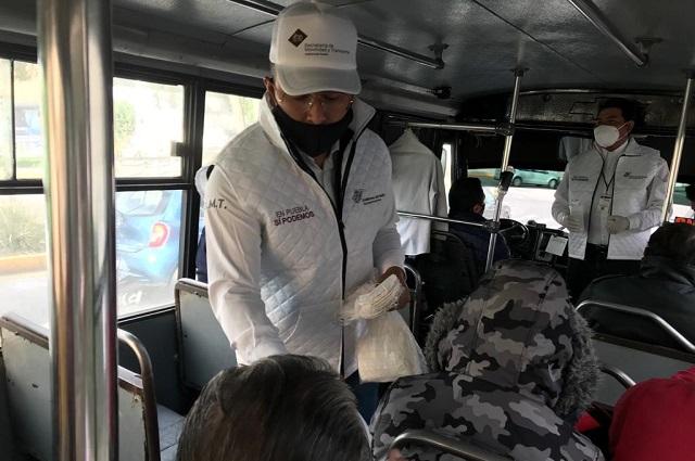 Entrega gobierno cubrebocas a usuarios del transporte público