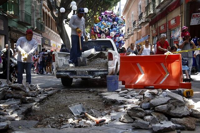 Socavón en centro de Puebla obliga a revisar drenaje: Román