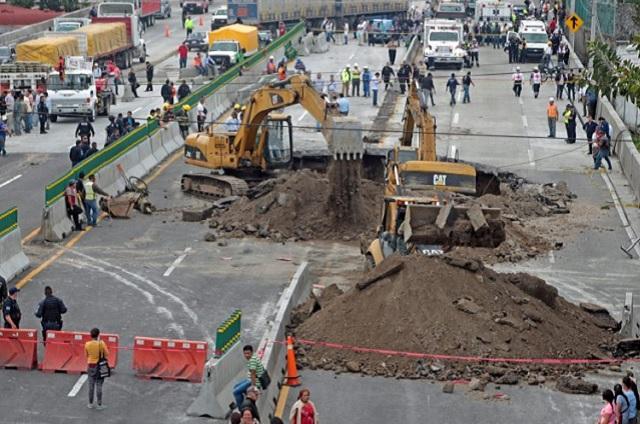 Sanciona la SFP a 8 funcionarios por socavón del Pasó Exprés