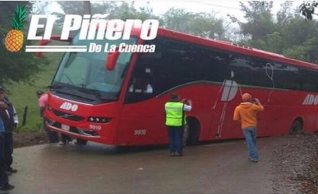Cae autobús de ADO en socavón de carretera en Veracruz