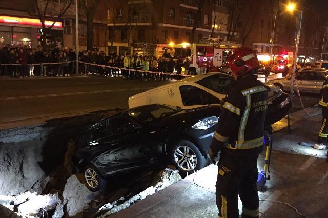 Socavón se traga dos autos en Madrid (FOTOS)