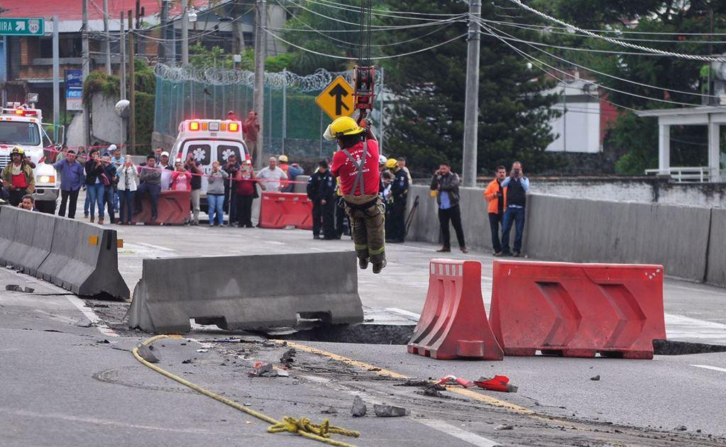 Mueren dos tras caer en socavón en el Paso Exprés de Cuernavaca