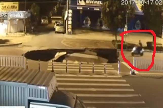 Otro socavón: La tierra se traga a un motociclista en China