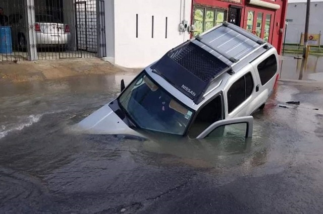 Socavón devora camioneta con familia adentro, en Tamaulipas