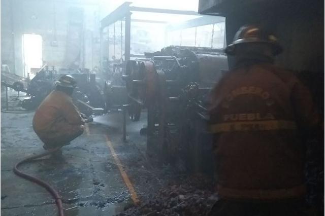 Bomberos Puebla sofocan incendio en bodega de colchones
