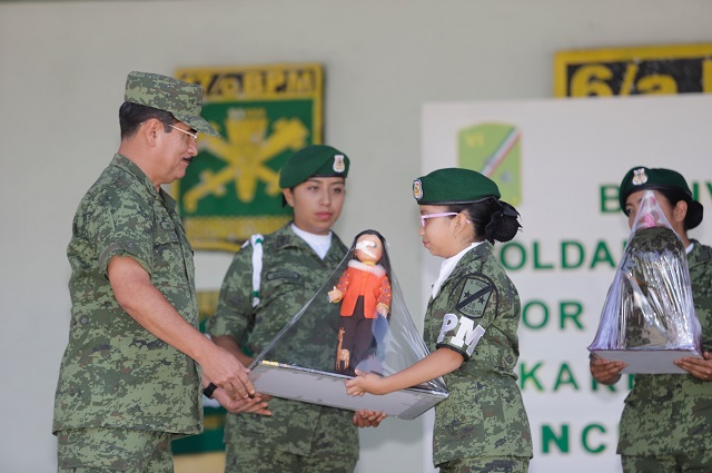 Soldado honorario encabeza pase de revista en la XXV Zona Militar