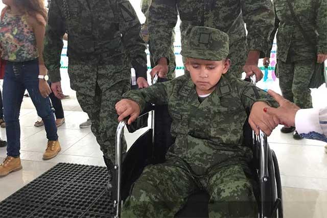 Niño en batalla contra el cáncer fue Soldado por un día