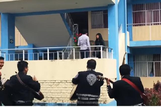Soldado caído: Intenta reconquistar a su ex en escuela y ella lo rechaza