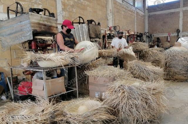 Así enfrentan la crisis por Covid productores de sombreros en Petlalcingo