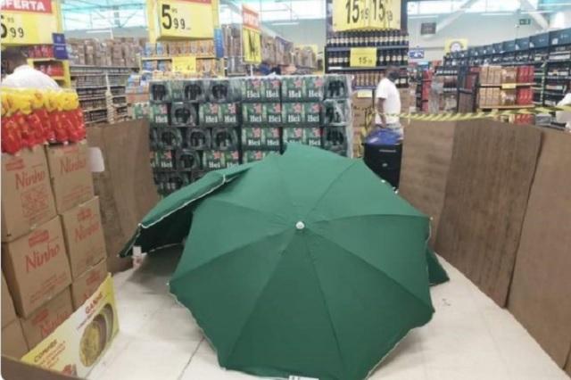 Muere en súper y lo cubren con paraguas para no cerrar