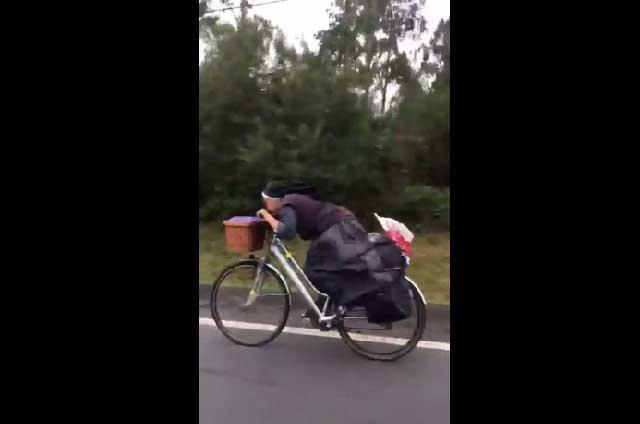 Sor Bicicleta: Video de monja en bicicleta con sandalias se viraliza