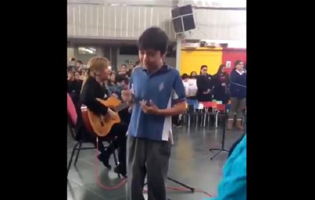 Conmueve video de cómo niño le canta a su madre sordomuda