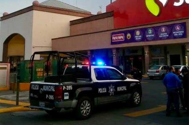 Ladrones de autos se refugian en Soriana y causan pánico
