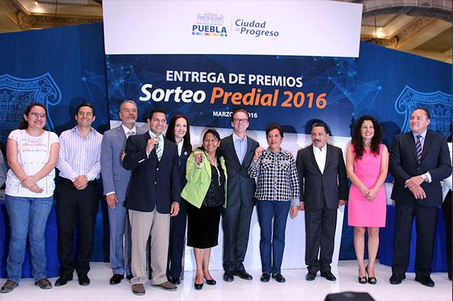 Entrega Luis Banck premios del sorteo predial 2016