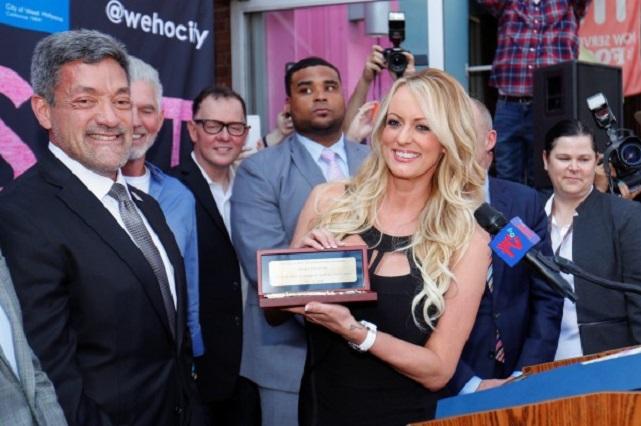 Homenajean Stormy Daniels, actriz porno que pelea con Trump