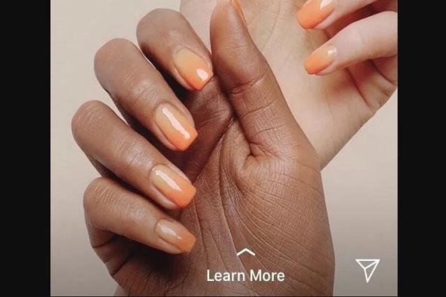 Marca de cosméticos pinta de negro la mano de una modelo blanca