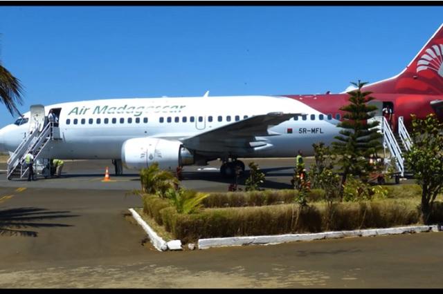 Joven abre puerta de avión y se lanza al vacío en Madagascar
