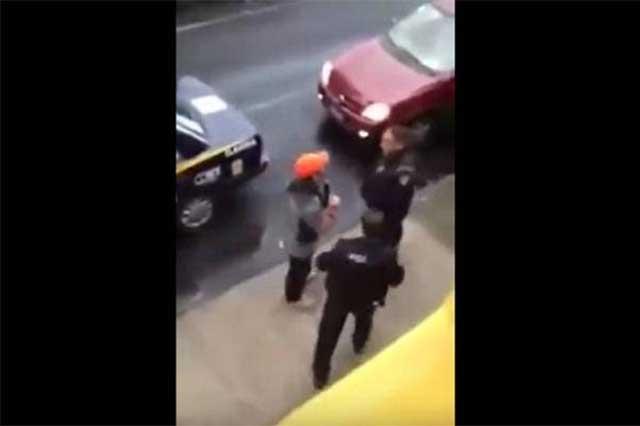 Un sujeto amaga con un arma a patrulleros y ni siquiera lo multan