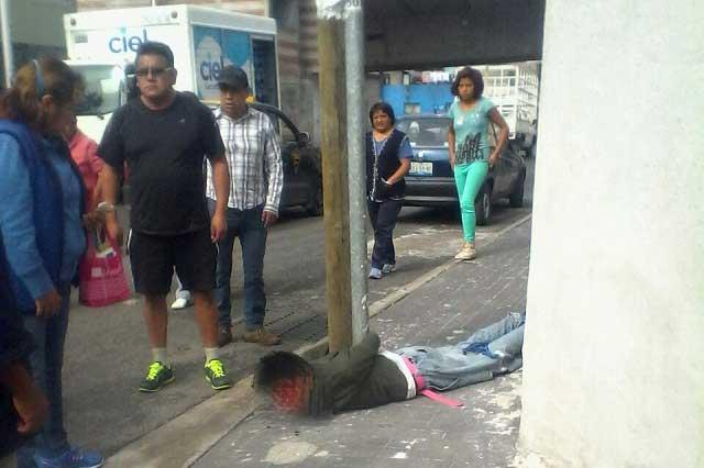 Vecinos atrapan a ladrón, lo atan a un poste y lo golpean