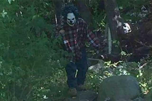 Un sujeto disfrazado de payaso ataca a cuchilladas a un joven de 19 años