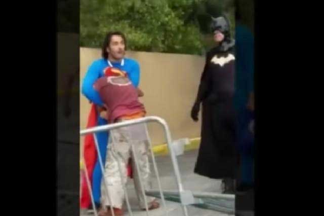 Superman da golpiza a indigente 'borracho' que 'atacó' a Batman