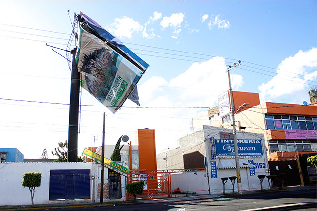 Temen vecinos por espectacular colapsado por ráfagas