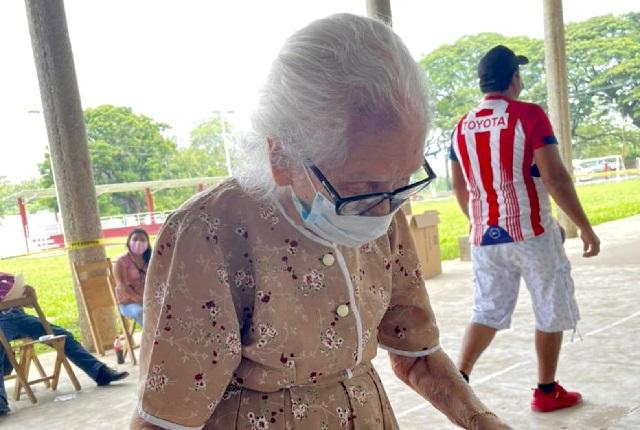 Abuelita de 96 años acude a votar y su foto se hace viral