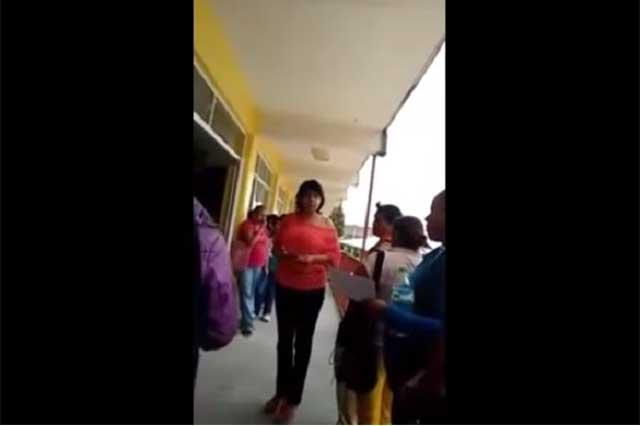 Directora del EdoMex pide 400 pesos para entregar tabletas a alumnos