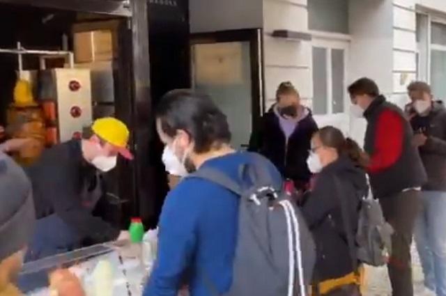 Tacos al pastor en Berlín causan largas filas de comensales