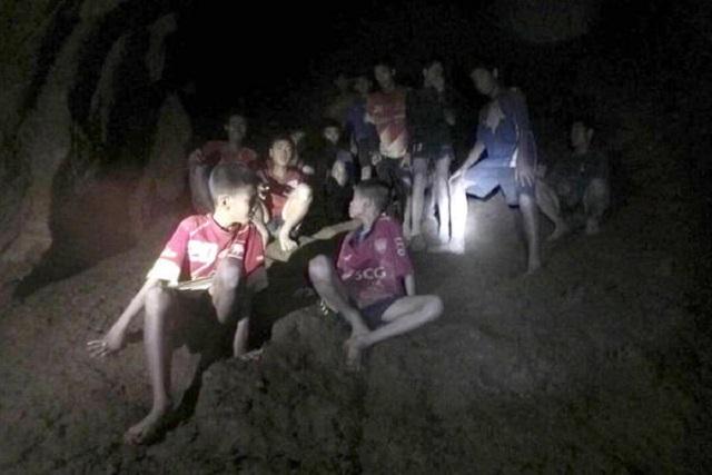 Rescatan a 12 niños y a su entrenador de cueva inundada en Tailandia