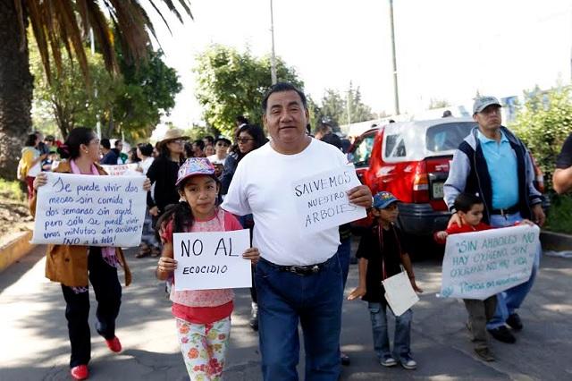 Protestan contra tala de árboles en el bulevar Hermanos Serdán