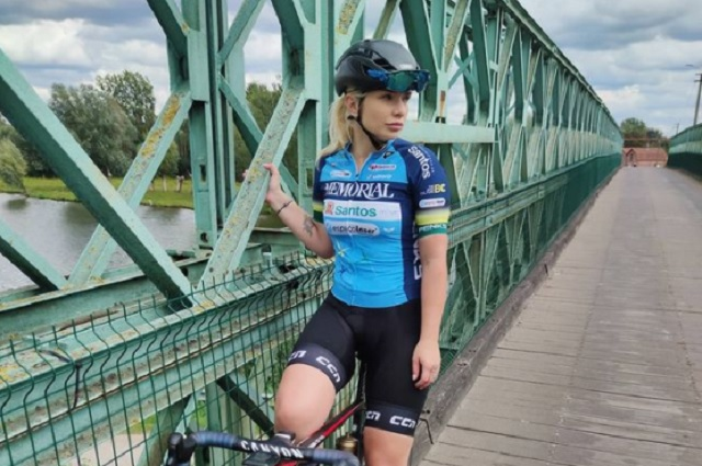 Expulsan a ciclista Tara Gins por aparecer en revista para adultos