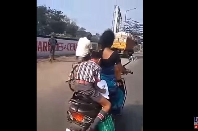 Increíble: Niño hace su tarea en moto conducida por su mamá