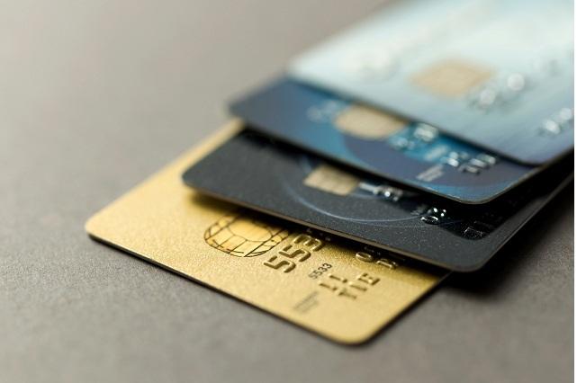 Mujer encuentra tarjeta de débito y graba video de cómo se gasta el dinero