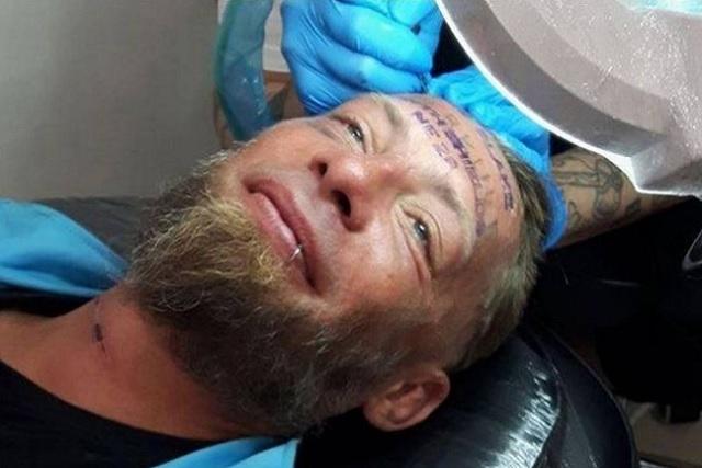 Solo por diversión, le pagan a un vagabundo y le tatúan el rostro