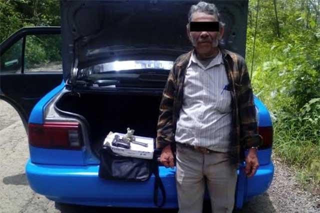 Revisan taxi y encuentran arma de fuego y cartuchos