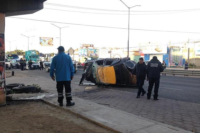 Taxi de Puebla vuelca y mata a peatón en Vía Corta a Santa Ana