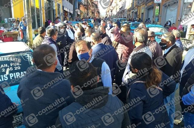Acusan a regidor de MORENA de apoyar a taxis pirata en Teziutlán