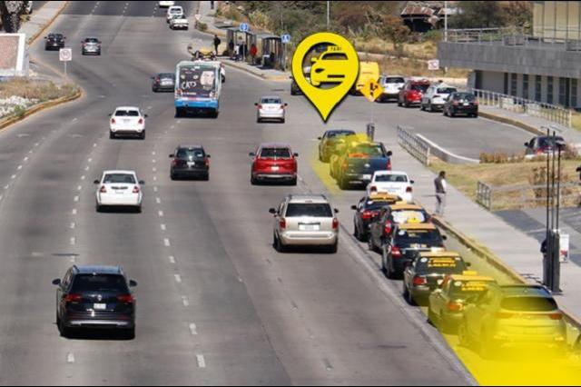 Taxistas formales y piratas siguen apropiándose de la Vía Atlixcáyotl