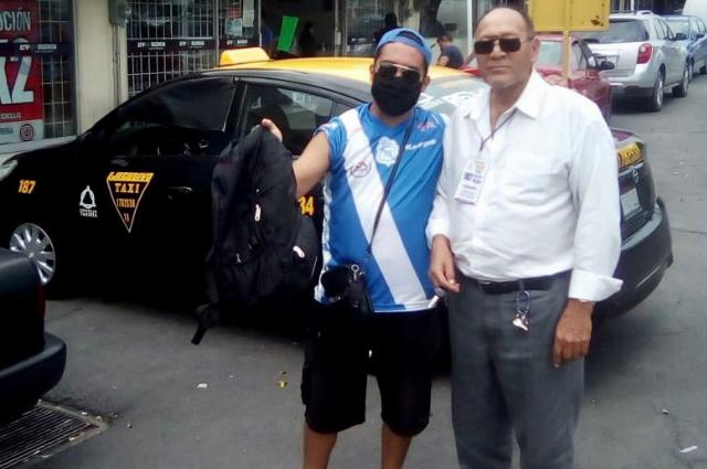 Taxista devuelve a cliente maleta olvidada en el vehículo