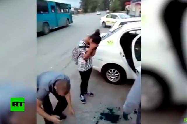 Chicas no pueden pagar y un taxista las humilla con ayuda de otros hombres