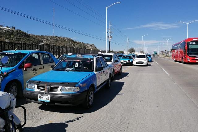 Protestan taxistas de Tehuacán, piden trabajar en horario normal