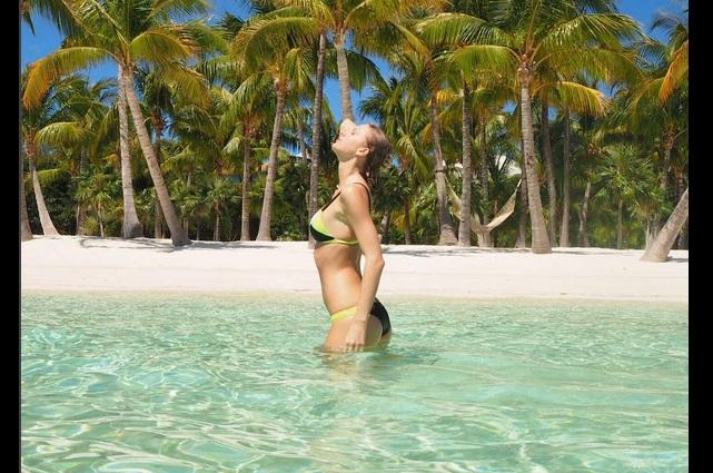 Impacta Taylor Swift posando en sensuales bikinis negros
