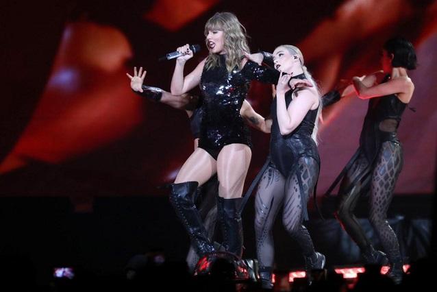 VIDEO: Taylor Swift sufre tremenda caída en el escenario y así reaccionó