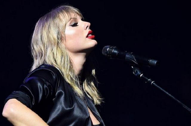 Susy Espinoza interpreta los éxitos de Taylor Swift en el CCU BUAP