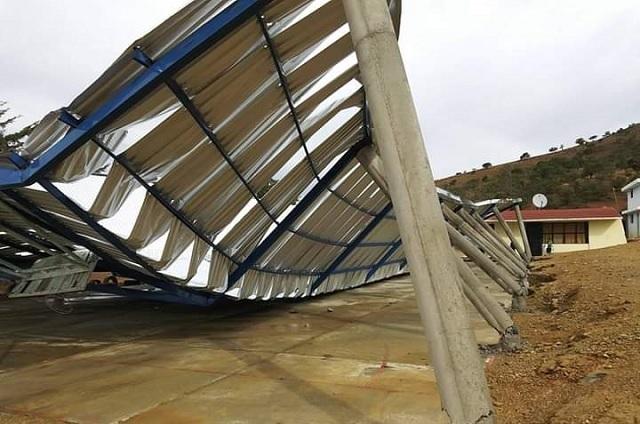 Por fuentes vientos colapsa techo de escuela en la Sierra Negra