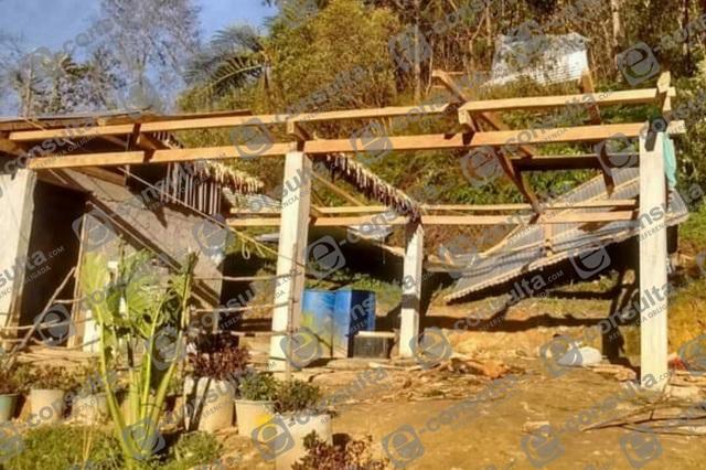 Fuertes vientos derriban techos y dañan cultivos en la Sierra Negra
