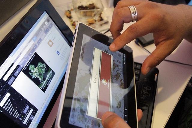 Mujeres al rescate: recolectan y donan laptops a estudiantes