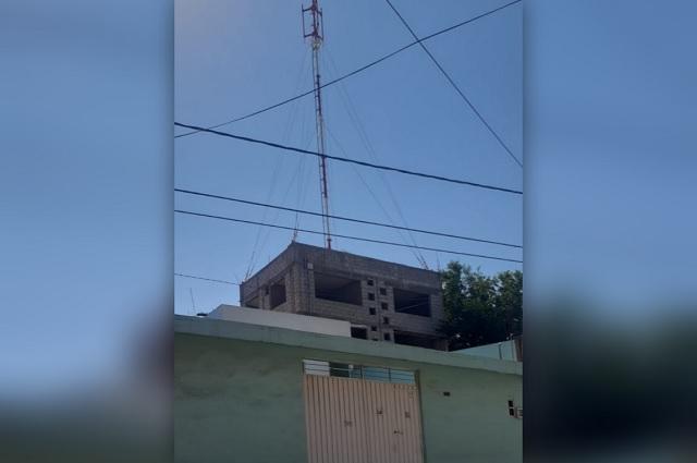 Vecinos acusan instalación de antena sin permiso en Tehuacán