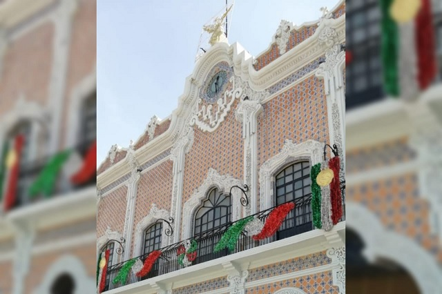 Reciclan adornos patrios en Tehuacán por falta de recursos